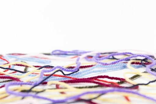 白バック 白背景 編み物 編物 毛糸 毛糸玉 糸 けいと 手芸 編み物用品 手編み ニット 編む 手作り 手仕事 ハンドメイド 趣味 ホビー 素材 資材 シンプル 雑貨 静物 スティルライフ 紺色 紺 水色 青 青色 赤 赤色 朱色 紫 パープル バイオレット ピンク 桃色 藤色 緑 緑色 抹茶色 カーキ色 クリーム色 黄色 薄黄色 淡黄色 アイボリー 白 白色 8色 八色 カラフル 並ぶ 並べる ライン  線 重なる 絡まる 余白 空白