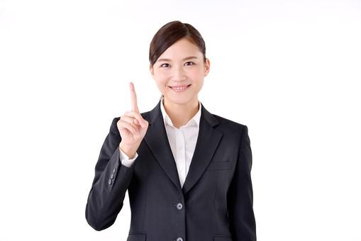 人物 日本人 女性 若い 若者 20代 スーツ 就職活動 就活 就活生 社会人 OL ビジネス 新社会人 新入社員 フレッシュマン 面接 真面目 清楚 屋内 白バック 白背景 上半身 指差し 上 ポイント アドバイス 笑顔 ポーズ 数字 1 指 ビジネスマン mdjf007
