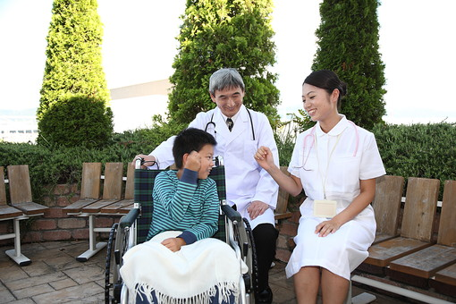 医師 医者 ドクター 白衣 男性 男 管理職 病院 医院 お医者さん 医療 ナース 看護師 看護婦 患者 車椅子 子供 入院 ベテラン 若い じゃんけん 庭 遊ぶ 笑顔 聴診器 励ます 元気づける   mdjm013 mdmk003 mdjf034