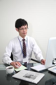 男性 ビジネスマン 営業 会社員 サラリーマン 社員 男 ビジネス Men 男子  20代 30代 ビジネススーツ 背広 ネクタイ シャツ  室内  眼鏡 めがね メガネ 珈琲 事務 デスクワーク パソコン オフィスワーク オフィス内 若い 日本人 mdjm019