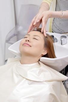 人物 女性 日本人 若い 若者  20代 お客 モデル カットモデル 美容室  美容院 ヘアーサロン  仕事 職業 美容師  屋内 お店 店内 ヘアカット ヘアセット セミロング  美容 ビューティー おしゃれ オシャレ ケープ  シャンプー台 洗髪 洗う 髪の毛 シャンプー mdjf003