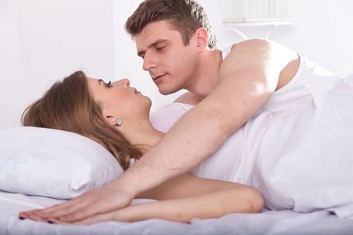 人物 外国人 外人 カップル 恋人 夫婦 大人 20代 30代 モデル 生活 暮らし 屋内 室内 部屋 寝室 ベッドルーム ベッド 朝 目覚め 起きる 見つめる 見つめ合う 信頼 愛 LOVE ラブラブ 明るい 手を重ねる 男女 幸せ ハッピー 幸福ベッドシーン ベットシーン mdfm059 mdff103