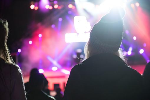 クラブ ライブ LIVE コンサート DJ 演奏会 音楽会 リサイタル ナイトクラブ キャバレー フロアショー 観客 観衆 見物人 観覧者 聴衆 オーディエンス ギャラリー 立ち見客 客 お客さん 会場 入館者 バンド 音楽 楽器 楽曲 ミュージック 歌 曲 唄 歌唱 ステージ 音響 スクリーン アンプ サウンド 公演 人 歓声 ライト 照明 手 女性 女 帽子 外 野外 ロングヘア