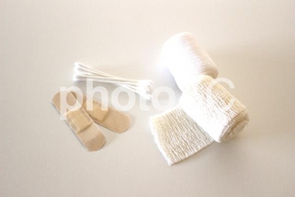 包帯と絆創膏とテープと綿棒の写真