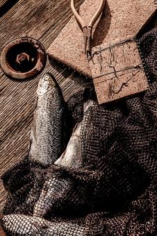 川釣り 河 川 桟橋 木 釣り フィッシング フライフィッシング 魚 釣り人 フィッシャーマン 趣味 ホビー 釣った魚 釣果 獲物 ニジマス 川魚 釣り道具 網 ハット 帽子 釣り糸 釣り鉤 釣り針 投げ釣り キャスティング ペンチ ニッパー