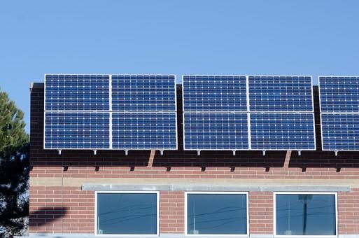 ソーラー ソーラーパネル 青空 空 晴れ 晴天 天気 エコ 環境 電気 電力 自然 オール電化 太陽電池 発電 太陽光 光 節電 節約 住宅 屋根 屋上 熱 家 エネルギー クリーン 日光 建物 木 緑 グリーン ブルー スカイブルー ソーラーハウス