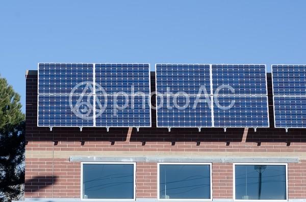 ソーラーパネルと建物の写真