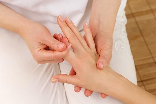 女性 女 美容 ビューティー エステ リラクゼーション スキンケア マッサージ パック 美肌 ボディパーツ キレイ 綺麗 美しい 憧れ リンパマッサージ 老廃物 デトックス リラックス 癒し エステティシャン ほぐす 伸ばす 指 人差し指 ハンドマッサージ 手