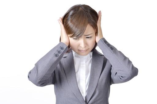 女性 女 社員 会社員 仕事 会社 ビジネス スーツ 女性社員 女の人 ポーズ  耳をおさえる 耳をふさぐ 騒音 うるさい 日本人 人物 白背景 白バック 一人  ビジネスウーマン シャツ OL グレー ハンドサイン mdjf003