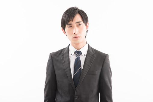 日本人 男性 男の人 人間 人物 若い 30代 スーツ ネクタイ ビジネスマン 会社 社会人 社員 職員 政治家 議員 白背景 白バック 考える 会社員 視線 うーん 眉間 悩む 考え事 企む 企てる うまくいかない  政治   mdjm005