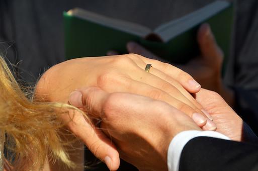 人物 外国人 新郎 新婦 花婿 花嫁 男性 女性 男の人 女の人 成人 男女 カップル 新婚 アベック 夫婦 夫 妻 神父 聖書 ポーズ 手を取る 指輪 指輪の交換 マリッジリング 金 儀式 嵌める 手 指 幸せ 結婚式