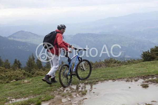山道を自転車で行く男性14の写真