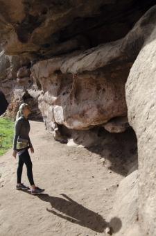 人間 人物 ポートレート ポートレイト 女性 外国人 外国の女性 外国人女性 ブロンド 金髪 ポニーテール トレーニングウェア スポーツウェア 岩 岩肌 岩石 ロック 自然  岩場 クライミング 岩登り ロッククライミング  準備 支度 用意 見上げる 下見 全身  mdff111