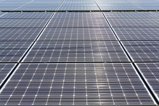 発電 ソーラーパネル 太陽電池 太陽光パネル 太陽発電 太陽光発電 エネルギー ソーラー発電 ソーラーパワー 屋根 建物 屋上 エコロジー ソーラー エコ 環境 テクノロジー 技術 電気 クリーン クリーンエネルギー システム 産業 売電 設置 金属 反射 太陽光 光 青 青色 背景 バックグラウンド 一面 全面 模様 パターン 沢山 たくさん 並ぶ 屋外 野外 アップ 日本 無人