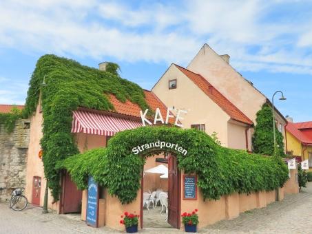 喫茶店 cafe 休憩 一休み リラックス 可愛い かわいい キュート カラフル おしゃれ 緑 花 ガーデン テラス 街角 街かど 海外 外国 ヨーロッパ スウェーデン 北欧 ゴットランド 青空