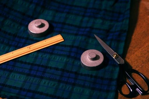 裁縫 裁断 ハサミ 布 布切りばさみ 文鎮 おもし 重り 重石 チェック テーブル レトロ おしゃれ 暗い 影 シャドウ 物差し ものさし 定規 洋服 作る デザイン アイディア 作成 手作り 生活 縫製