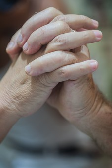 人物 老人 お年寄り 高齢者 シルバー  年老いた手 ハンドパーツ 手 指 ハンド  パーツ 手の表情 年老いた手 皺 しわ  シワ クローズアップ 二人 2人 握る 握りしめる 支えあう 支える 手を組む 愛情 手元 指先 手先