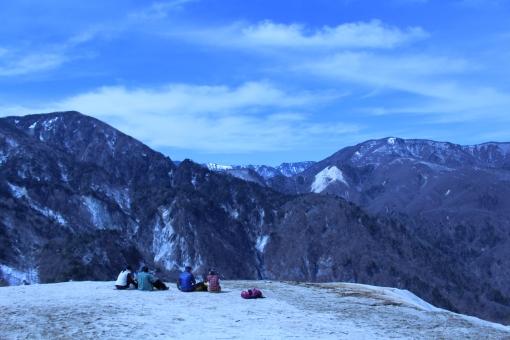 登山 山登り 風景 景色 空 青 山 山ガール 秋 行楽 趣味 弁当 食事 リュック 男性 女性 きれい 楽しい 崖 岩 砂