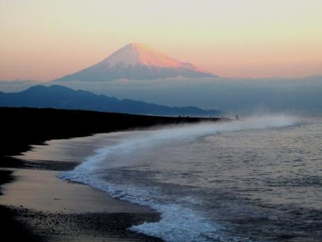 朝焼けの富士山と三保海岸の写真