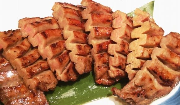 お肉 牛肉 牛タン タン塩 ランチ 食事 外食 厚切り 油 脂肪 カロリー ヘルシー志向 お取り寄せ スライス 食べ物 たべもの 美味しい 名産 料理 焼肉 舌 bbq バーベキュー 焼く 仙台 高たんぱく タンパク質 栄養 エネルギー ジューシー