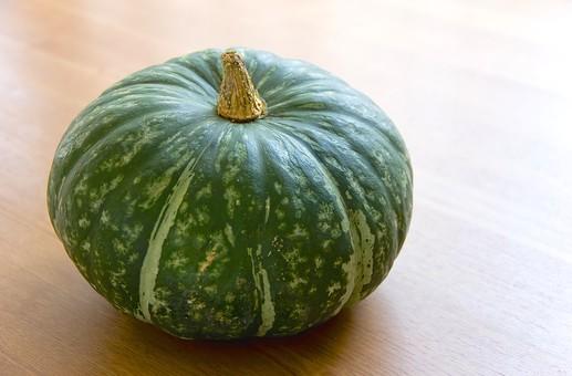 かぼちゃ カボチャ パンプキン 野菜 食品 食材 ウリ科 南瓜 果菜類 果実 食用 緑黄色野菜 緑色 皮 果皮 ヘタ 食卓 無人 テーブル 冬至 1個 作物 収穫 料理 材料