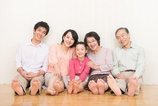 人物 日本人 家族 親子 ファミリー  三世代 二世帯 5人 両親 義両親  こども 子供 孫 娘 女の子  小学生 笑顔 スマイル 仲良し 床 フローリング 座る 壁にもたれる 素足 だんらん 団欒 リラックス  mdjf017 mdjm016 mdfk014 mdjms004 mdfs003