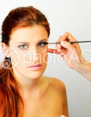 アイメイクをするブロンドの女性3の写真