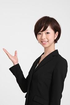 ビジネス 仕事 会社 ビル 建物 建築 建築物 壁 白い 部屋 廊下 サラリーマン ビジネスマン 会社員 女性社員 女性 女の人 成人 20代 スーツ ポーズ  笑顔 白背景 室内 屋内 日本人 人物 案内する mdjf002