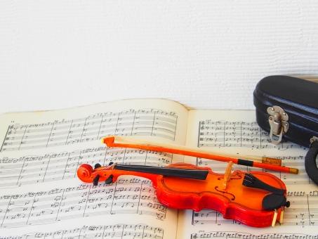 ヴァイオリン バイオリン フィドル クラシック ブリッジ 楽器 弦楽器 音楽 音楽的 ネック ペグ スクロール 弦 木 木工 ストリングス 楽譜 ミニチュア ミニ おもちゃ オーストリア製 ウィーン製 演奏会 プログラム チラシ 演奏する 弓 擦る 持つ 弾く 練習する ヴァイオリンケース バイオリンケース