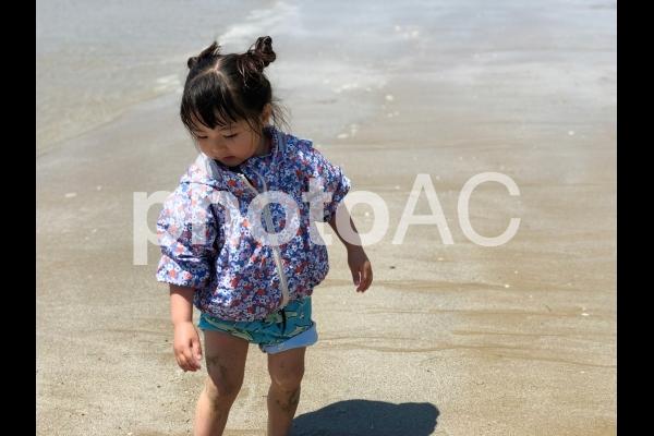 海で遊ぶ少女10の写真