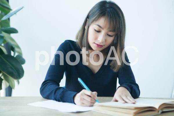 勉強中の女性の写真