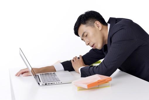 日本人 男性 男 男子 Men スーツ 背広 仕事 Job 働く サラリーマン 就労 労働 勤労 勤務 ビジネス  業務 お仕事 会社 オフィス 事務所 パソコン PC ノートパソコン 転寝 うたた寝 眠い 睡魔 疲れる 屋内 室内 白背景 20代 30代 ビジネスマン mdjm001