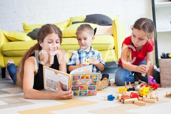 子どもと遊ぶベビーシッター38の写真