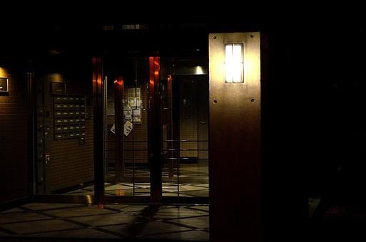 夜 夜景 暗い マンション オートロック 入り口 エントランス ガラス 建物 建築 建築物 建造物 窓 コンクリート 街灯 街路灯 電灯 電気 暖色 ポスト 郵便受け インターフォン ドア 扉 出入り口