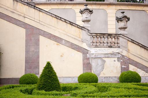 外国の窓と壁 窓 壁 外国 海外 チェコ ヨーロッパ 東欧 中欧 綺麗 模様 外国風景 風景 素材 ナチュラル 庭 ガーデン ガーデニング 植木 植物 屋外 背景 テクスチャ バックグラウンド 階段 宮殿 お城 豪邸 手すり 彫刻