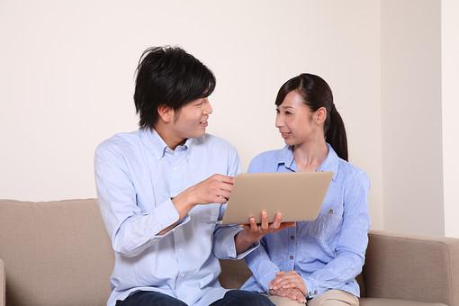 男 男性 女 女性 若者 20代 夫婦 人物 カップル ディンクス 若い 新婚 ソファ リビング リラックス パソコン ノートパソコン PC  笑顔 休日 ライフスタイル コミュニケーション 仲良し 若い WEBサイト 日本人 mdjf033 mdjm003
