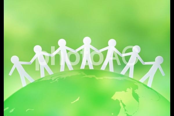 手を取り合う人々と地球のグローバルイメージの写真