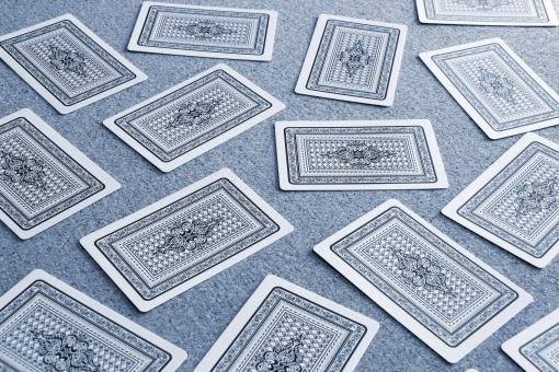 カード ゲーム トランプゲーム カードゲーム トランプ とらんぷ 神経衰弱 背景 素材 背景素材 イメージ 選択肢 選ぶ 選択する 選択 セレクト 優先順位 迷う 判断 決断 熟考 考える 予想 予測 ビジネス 決断する 一つに絞る 絞り込む 判断する 決める