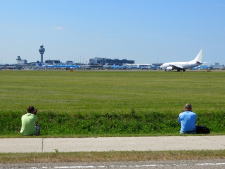 趣味 飛行機 写真 撮影 カメラ 一眼レフ 飛行場 空港 航空機 スポッター 緑 草 芝生 眺める 観察 離陸 ウォッチング ウオッチング 見物 背中 没頭 カメラ小僧 微妙な距離 距離感 自分の世界 写す 同好 同好の士 ひとり 一人