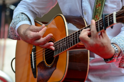 音楽 楽器 ミュージック 演奏 演奏会 コンサート ステージ ライブ 趣味 イベント プレイ パフォーマンス 弾く 会場 舞台 ミュージシャン アーティスト 音楽家 演奏家 ギター アコースティックギター フォークギター ギタリスト シンガーソングライター マイク マイクロホン マイクロフォン