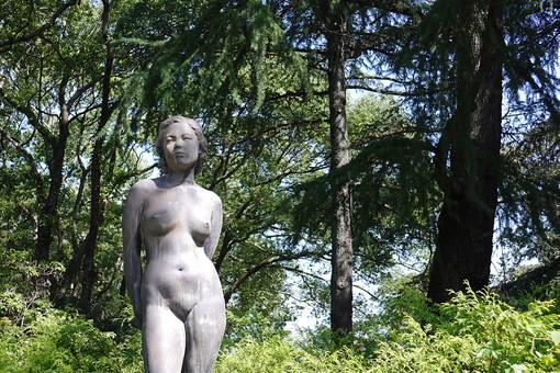 女性像 人物像 像 銅像 人物 女性 裸体 彫刻 作品 芸術 アート 美術 自然 樹木 植物 樹 木 葉 葉っぱ 緑 ふくよか 展示 石像 屋外 野外
