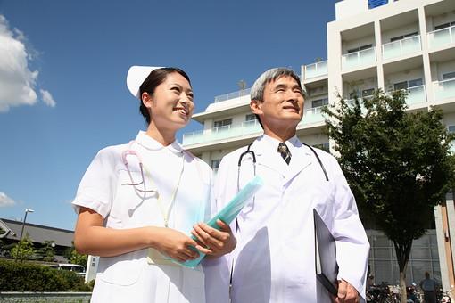 看護師 看護婦 ナース 女性 医師 医者 ドクター 白衣 男性 男 管理職 病院 医院 お医者さん 医療 屋外 聴診器 ベテラン ファイル カルテ バインダー 青空 見上げる 日本人 見上げる 笑顔 青空   mdjm013 mdjf034