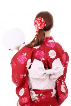 女性 女の子 女 浴衣 ゆかた 人物 大人 日本人 和服 着物 衣装 若い 20代 ポートレート モデル 団扇 うちわ アクセサリー 美人 美しい 魅力的 可愛い かわいい 明るい 日本 きれい 夏 帯 涼 涼しい 伝統 文化 和 和風 髪 髪飾り ロングヘア さわやか 後 後ろ 後ろ姿 後姿 ファッション 背景 白 余白 白背景 白バック スタジオ撮影 スタジオ 無地背景 屋内 上半身 アップ 1人 一人 赤 赤色