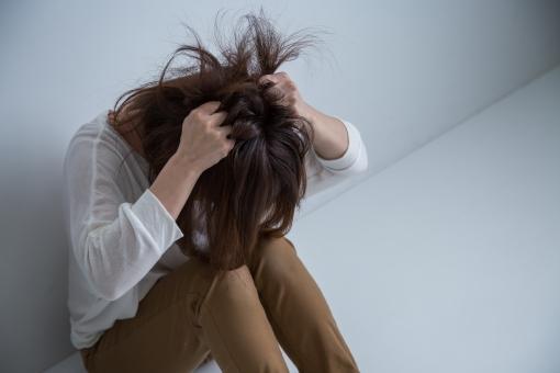 絶望する女性の写真