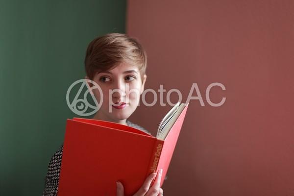 本と外国人モデル14の写真