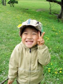ピース チョキ 2 子ども 子供 こども 男の子 男子 少年 幼児 3歳 4歳 5歳 公園 帽子 花 たんぽぽ タンポポ 笑顔 ニッコリ パーカー ごきげん 広場 楽しい 愉快 いい気分 幸せ ここあ
