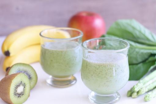 スムージー グリーンスムージー 青汁 ジュース 野菜ジュース フルーツジュース キウイ バナナ リンゴ りんご 小松菜 青菜 アスパラガス 健康 ヘルシー ヘルス 飲み物 朝食 果物