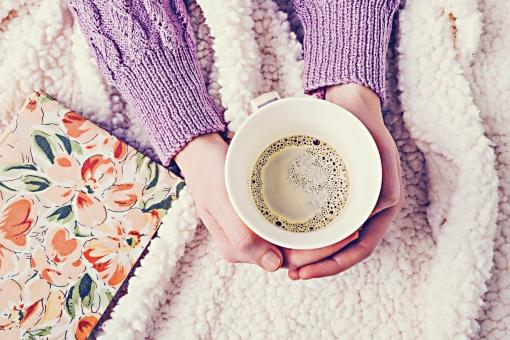 コーヒー 珈琲 カフェ コーヒーカップ カップ コップ マグカップ 白 飲み物 ドリンク 手 両手 持つ ボディーパーツ ハンドパーツ 屋内 室内 部屋 セーター 長袖 毛布 本 花柄 真上 コーヒータイム 休憩 休息 リラックス