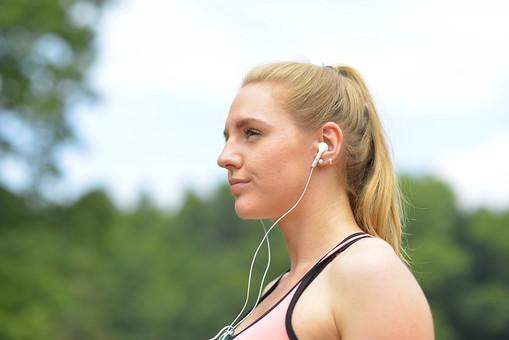運動 スポーツ ジョギング ランニング ウォーキング ウォークマン 音楽プレイヤー イヤホン 外国人 女性 女子 女 横顔 アップ 笑顔 スマイル 微笑み 微笑 上半身 金髪 ロングヘアー ポニーテール 20代 30代 若い 背景 空 白 ホワイト 水色 スカイブルー 木 森 森林 緑 グリーン 公園 パーク mdff019