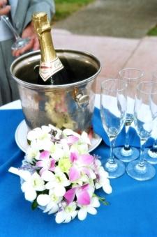 乾杯 グラス 花 ワインクーラー デンファレ ガーデンパーティ テーブルクロス 青 白 海外 ウェディング パーティ 酒 テーブル シャンパングラス